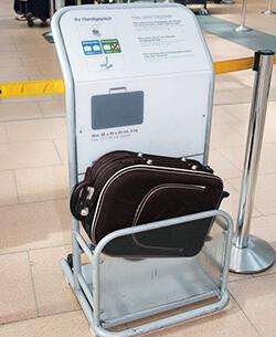 Handgepäck Tester am Flughafen