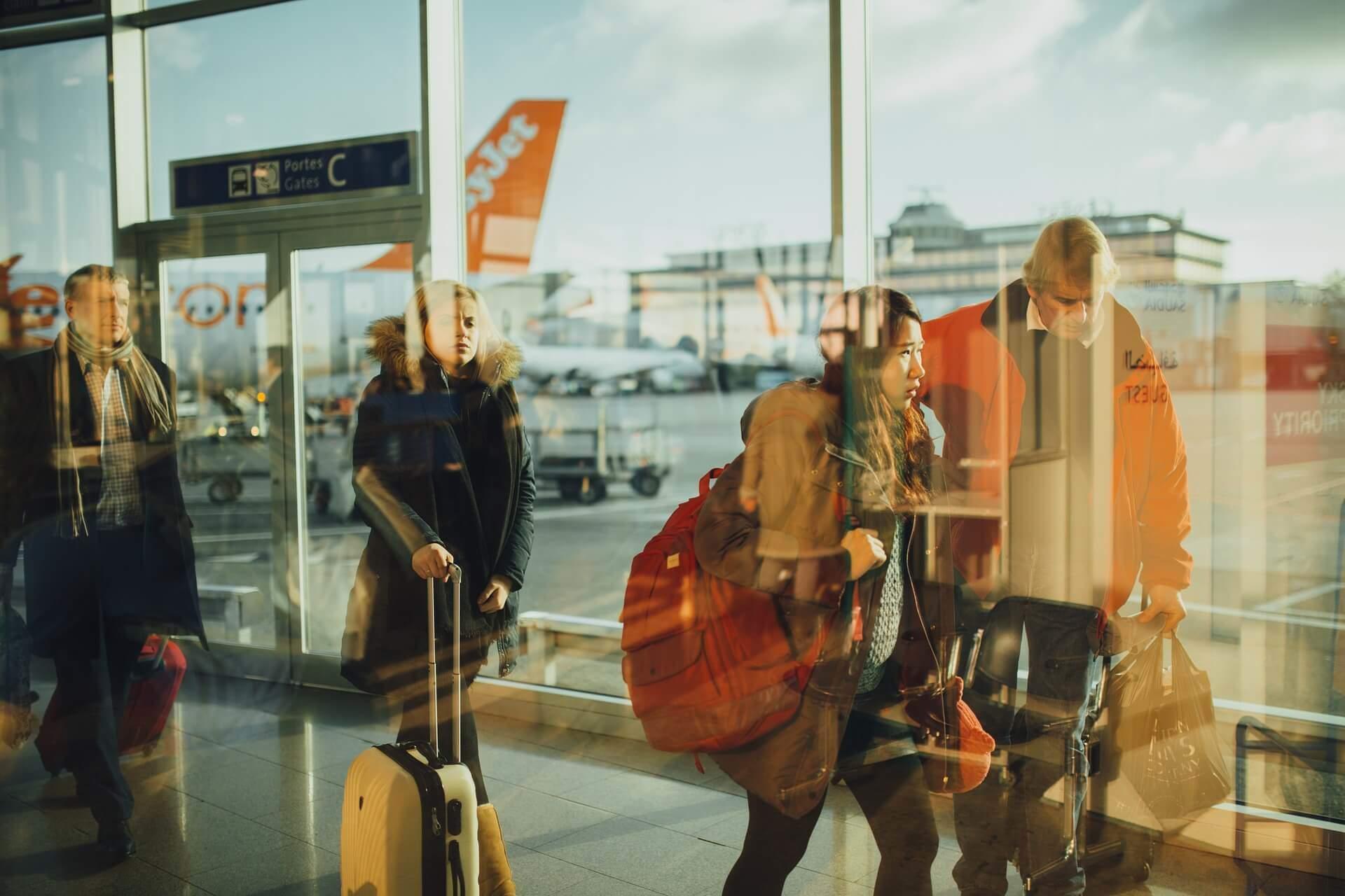 Reisende mit Gepäck am Flughafen