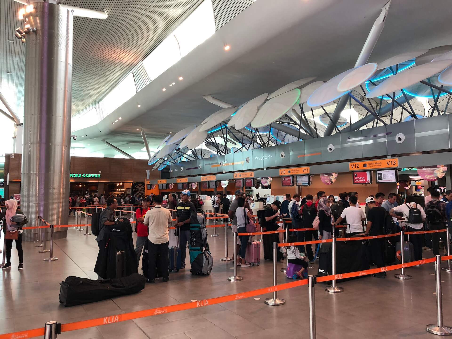 Self Check In Bereich bei AirAsia in KLIA2