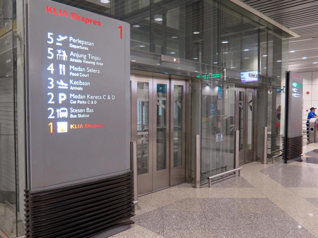 KLIA Ankunftshalle - Schild Bus, KLIA Ekspres