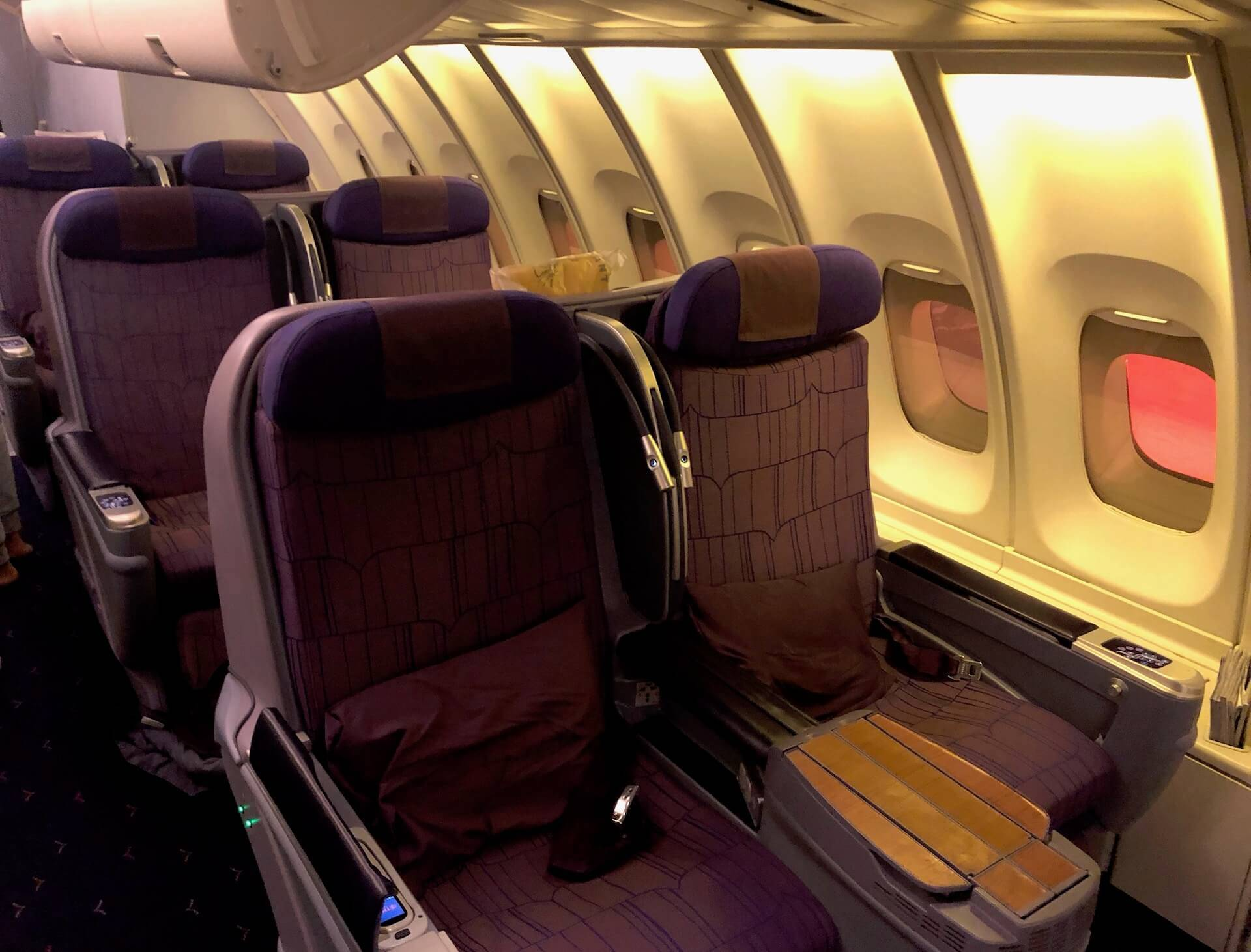 Thai Airways Royal Silk Business Class Inlandsflug 747 Kabine
