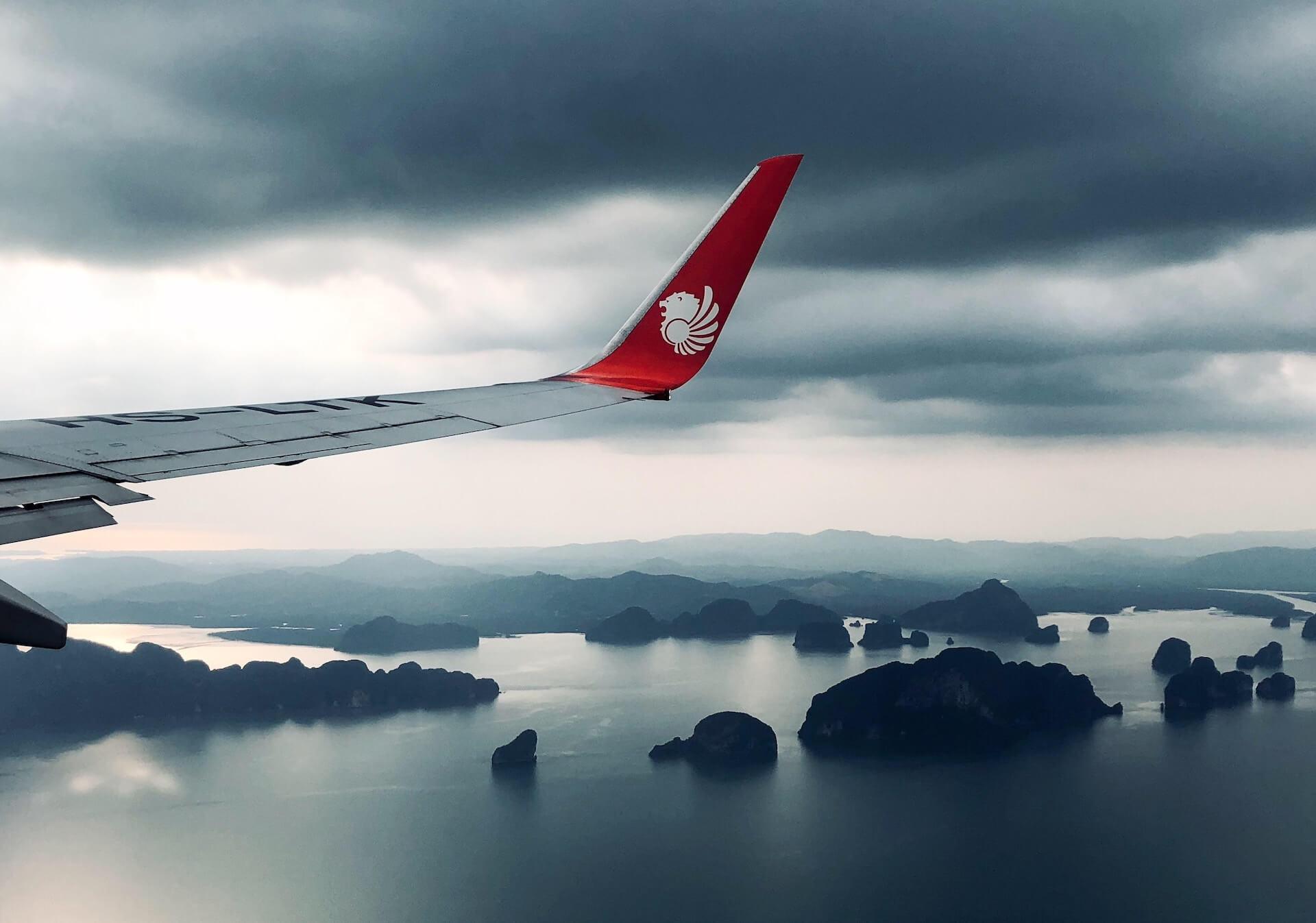 Thai Lion Air Flug über der Bucht von Phang Nga im Anflug auf Krabi