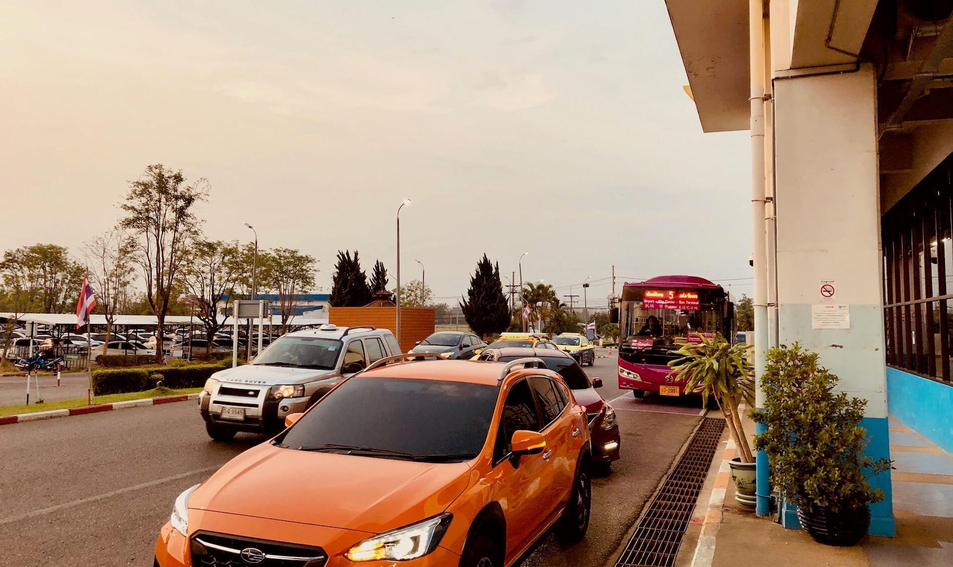Abfahrtsort des Chiang Rai Airport Bus am Flughafen