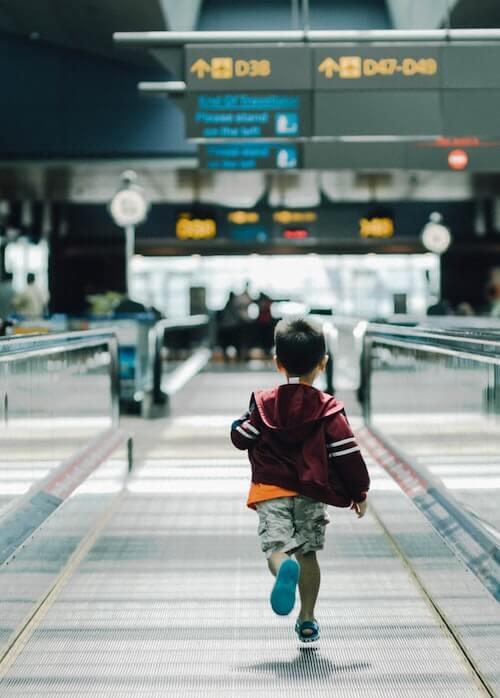 Mit Kinder am Flughafen