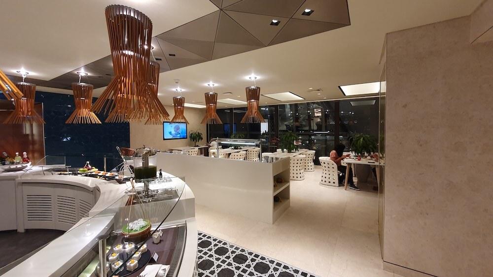 Qatar Airways Business Class Lounge Bangkok (Miracle Lounge) Essbereich + Buffet
